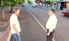 O engenheiro ambiental Ricardo Bonin e o prefeito em exercício, Eduardo Scirea, foram cedo verificar o primeiro dia de funcionamento do novo modelo de limpeza pública nas ruas da cidade