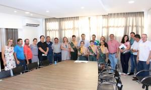 Prefeito Cantelmo Neto com representantes da Prefeitura e clube de desbravadores, nesta sexta, durante assinatura da ordem de serviço para nova sede do clube