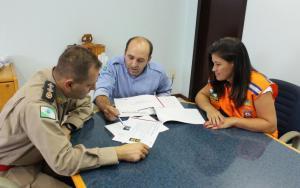 Mj. Antonio Schinda (3º SGBI), Heber Noronha (JRC Brasil) e Esmerada Gusmão (Defesa Civil) discutem instalação do equipamento, em fevereiro