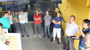 O engenheiro Vanios Biehl explica ao prefeito em exercício, Eduardo Scirea, e dirigentes do Marreco sobre as obras de adequação no Arrudão para receber jogos da LNF