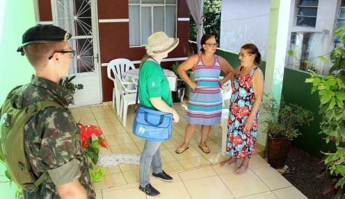 Soldados e agentes visitaram cerca de 4 mil residências em Francisco Beltrão nesta segunda