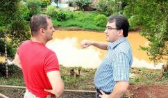 Mj. Schinda e prefeito Cantelmo Neto em um dos pontos do Rio Marrecas que receberá moderno aparelho de monitoramento