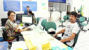 A agente de desenvolvimento Ângela Paludo atende o micro empreendedor Jair de Sousa Camargo, que procurou o Centro Empresarial para declarar o IR