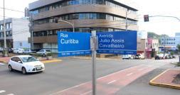 Ruas de Francisco Beltrão estão recebendo placas de identificação com novo padrão; Prefeitura pretende instalar 1.500 conjuntos em três etapas no Centro e bairros
