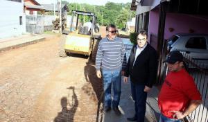 Prefeito Cantelmo Neto acompanhou serviços na rua Fernando Ferrari