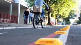 Tachões transformam a ciclofaixa em ciclovia e delimitam melhor o espaço exclusivo para o tráfego de bicicletas, dando mais segurança aos ciclistas