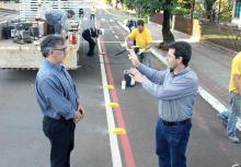 O vice-prefeito, Eduardo Scirea, e o diretor de Trânsito, Rudimar Czerniaski, acompanham a instalação de tachões e reforço da sinalização ao longo da ciclofaixa da rua Curitiba