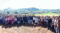 Prefeito Cantelmo Neto posa com lideranças e moradores do Padre Ulrico, em evento que autorizou a construção de um centro de eventos no bairro com apoio do deputado Assis