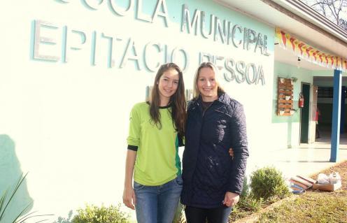 Jaqueline Pansera com a diretora Claudia Mattei. A estudante venceu um concurso de redação e será a única do município a acompanhar um dos condutores da tocha