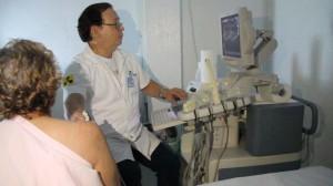 dr claudio alende faz exame na dona eva