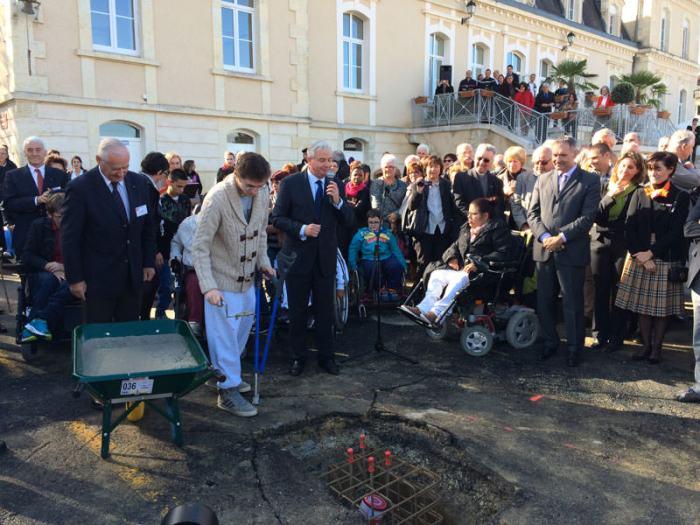 Les enfants du centre et le personnel soignant ont participé à la pose de la première pierre du futur bâtiment.