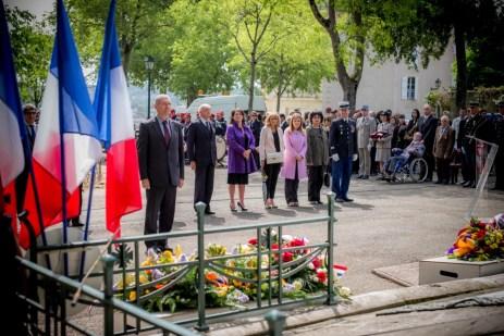 Recueillement du sénateur-maire après son dépôt de gerbe. ©franckmontauge.fr