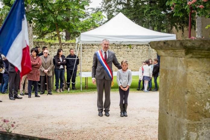 Recueillement devant la stèle Toussaint Louverture. ©franckmontauge.fr