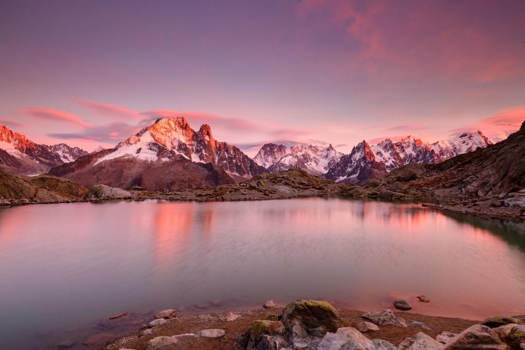 Ambiance de feu sur le massif du Mont-Blanc et sur le Lac Blanc.