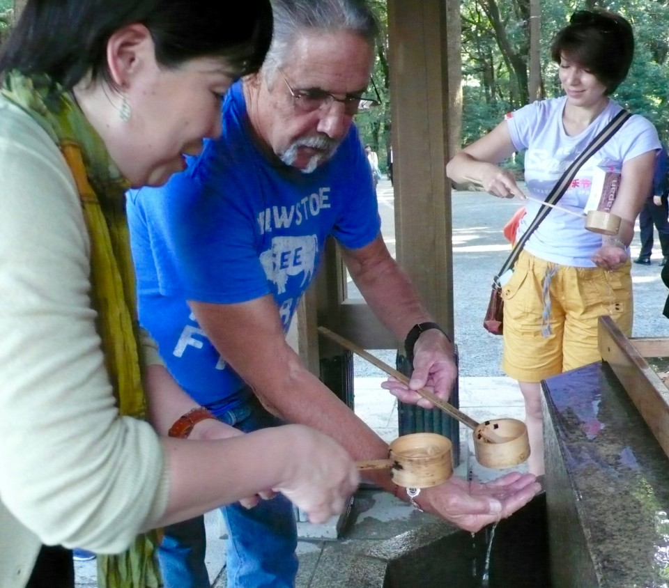 Yoko shows Don how to purify his hands before approaching the Meiji Shrine