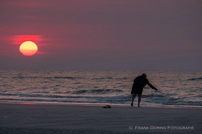 Frau in der Abendsonne am Strand bei Buren, Abschied von Fly, Ameland, NL