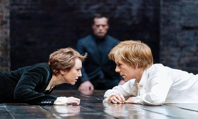 Lia Williams (Elizabeth) and Juliet Stevenson (Mary Stuart) in Mary Stuart.