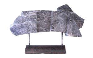 sculptuur van grijs-zwart albast
