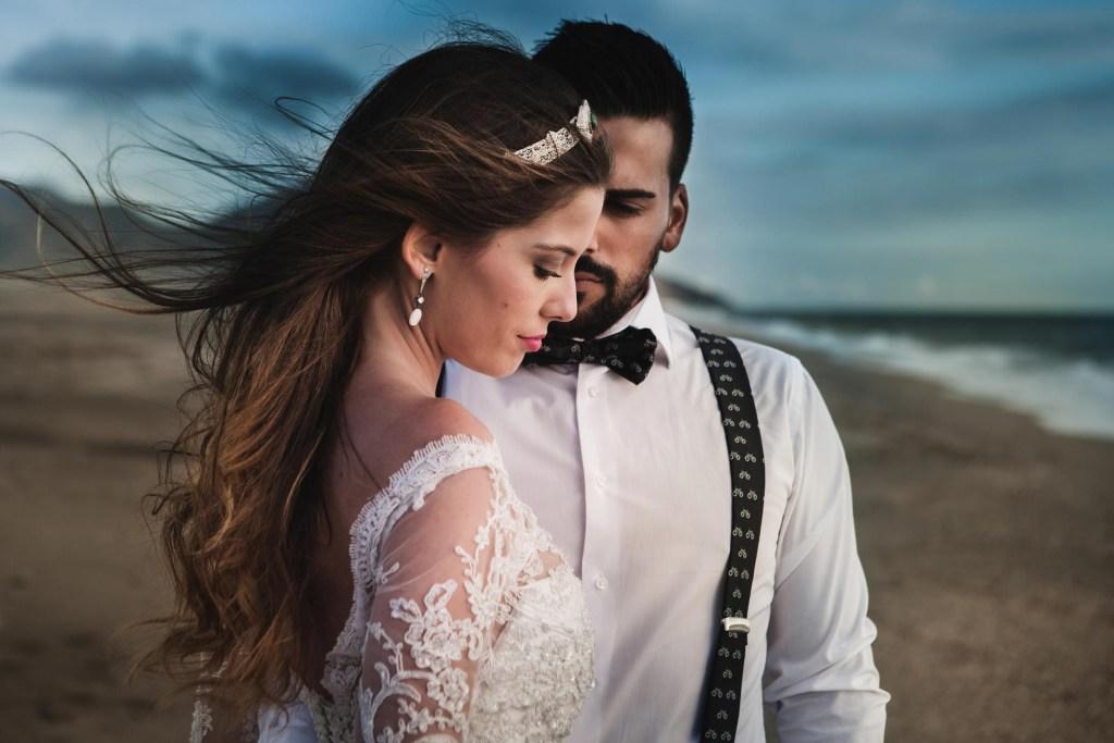 Fotografo en Cordoba pareja en la playa en sesion de postboda