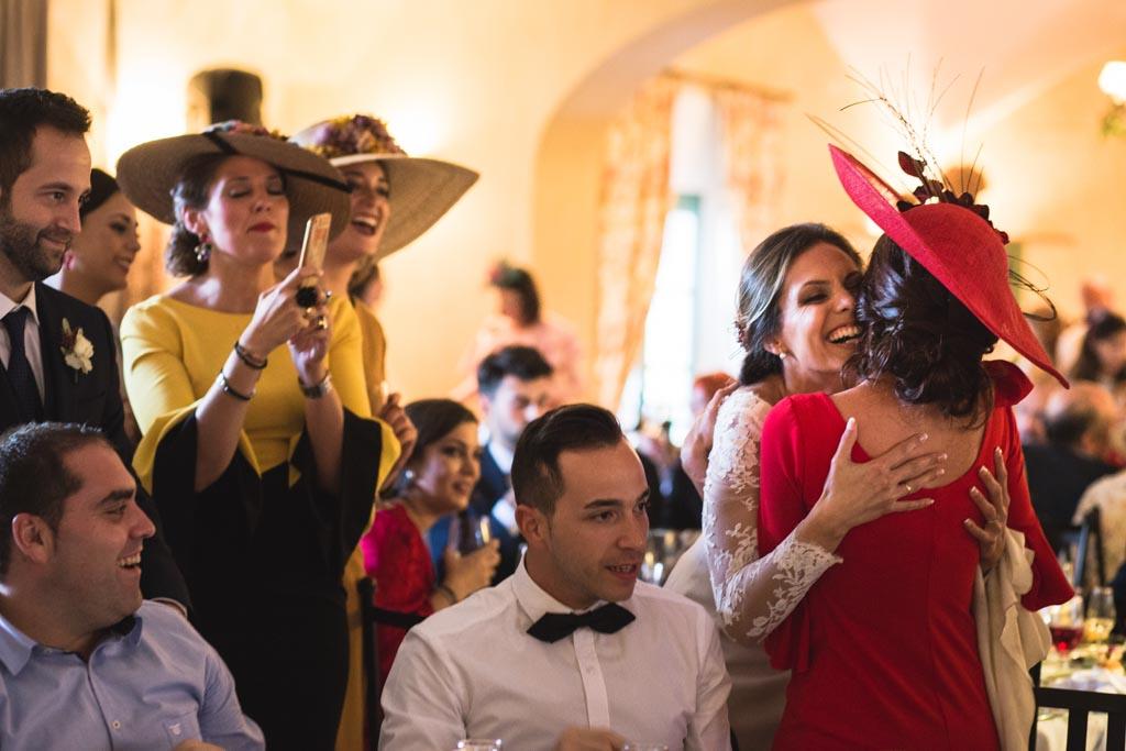 Boda en San Nicolas y El Capricho, abrazo de la novia a una amiga