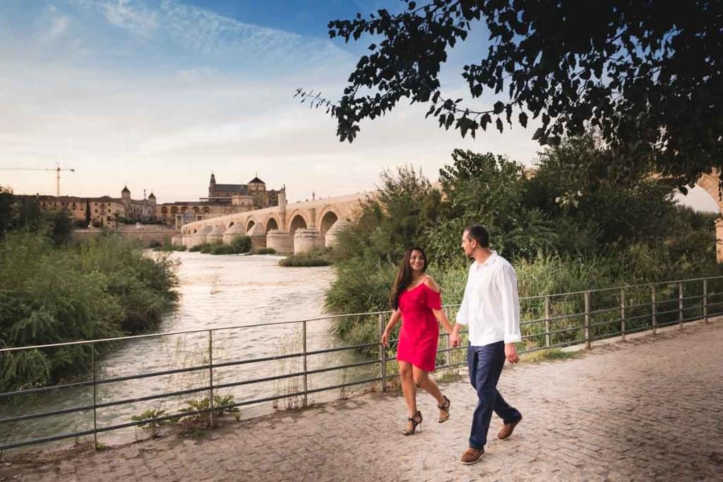 Sesión de compromiso en Córdoba, paseo junto al puente romano