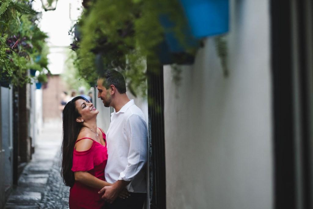 Sesión de compromiso en Córdoba, paseando por la calle de las flores romano