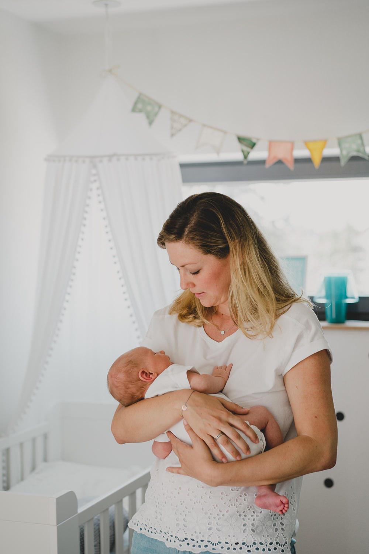 mama mit baby im babyzimmer