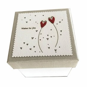 Scatole quadrate cartone bianco con cuori