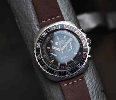 Note the further spacing of the lower pusher on the Roamer Stingray Chrono Diver denoting a Valjoux 23