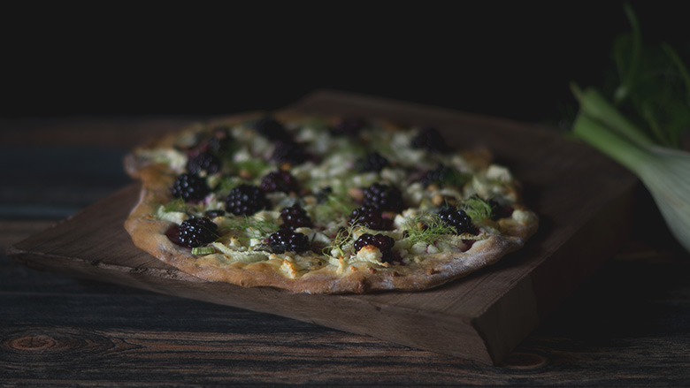 Fenchel Brombeer Pizza mit Ziegenkäse und Waldhonig - Fennel Blackberry Pizza with Goatcheese and Wild Honey by fraumau.de