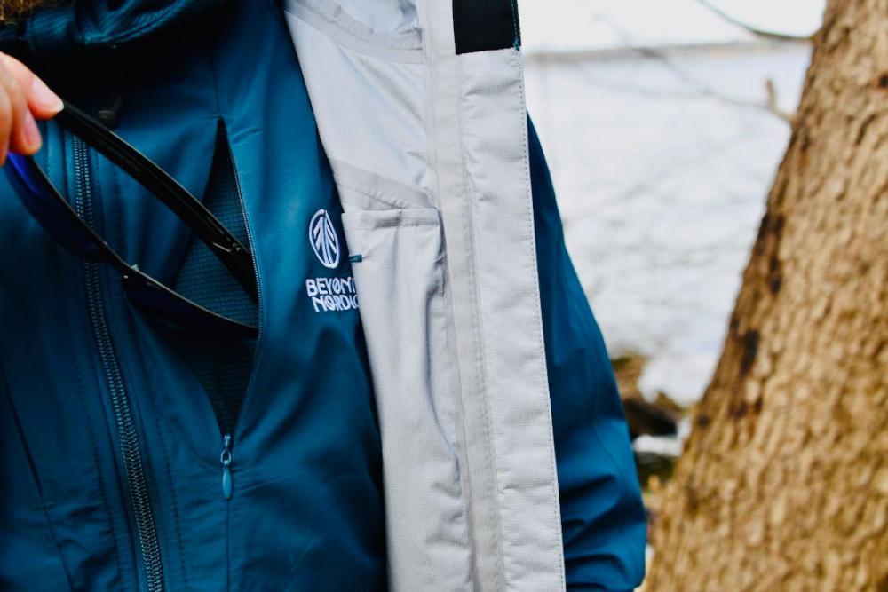 Beyond Nordic - Jacke Brille Tasche