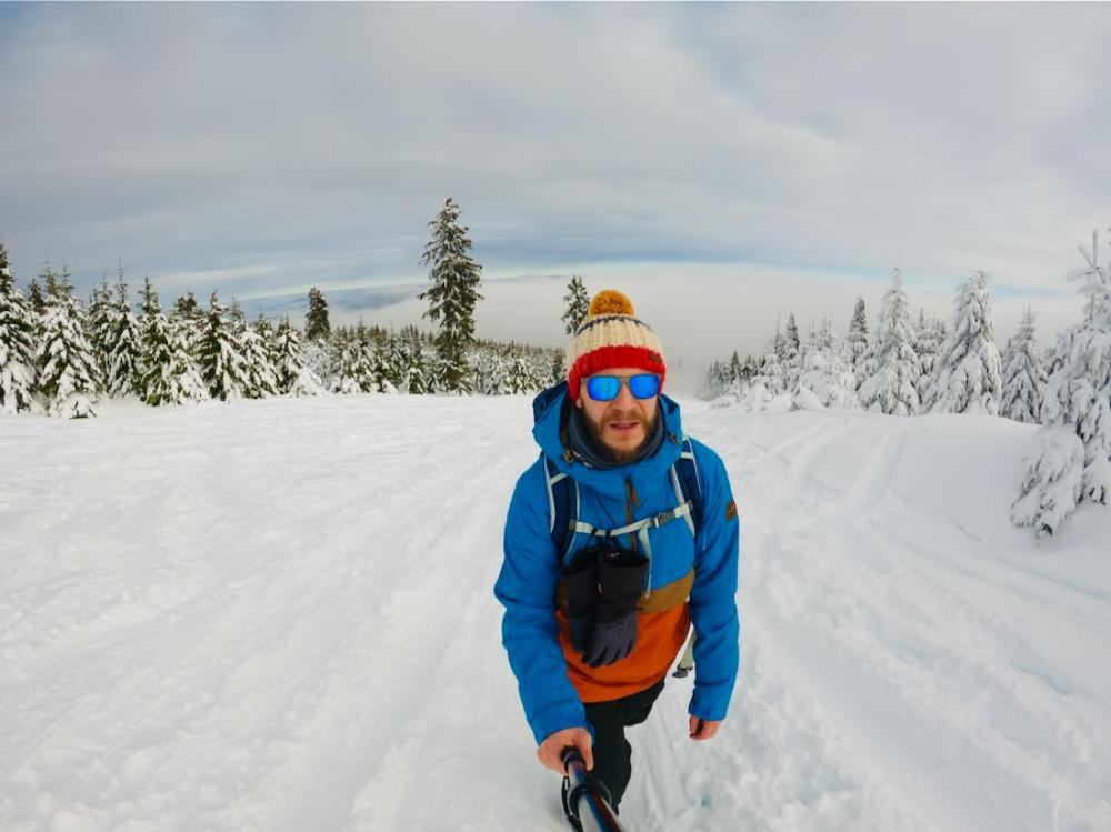 Tom bergauf im Winter