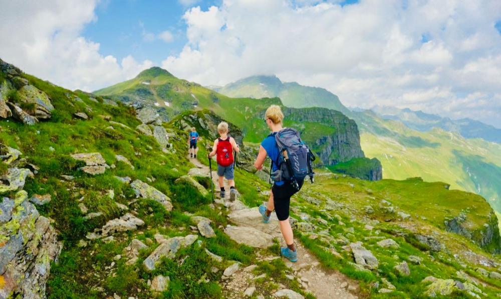 Wandern auf dem Kamm zum Madrisella mit blauem Himmel