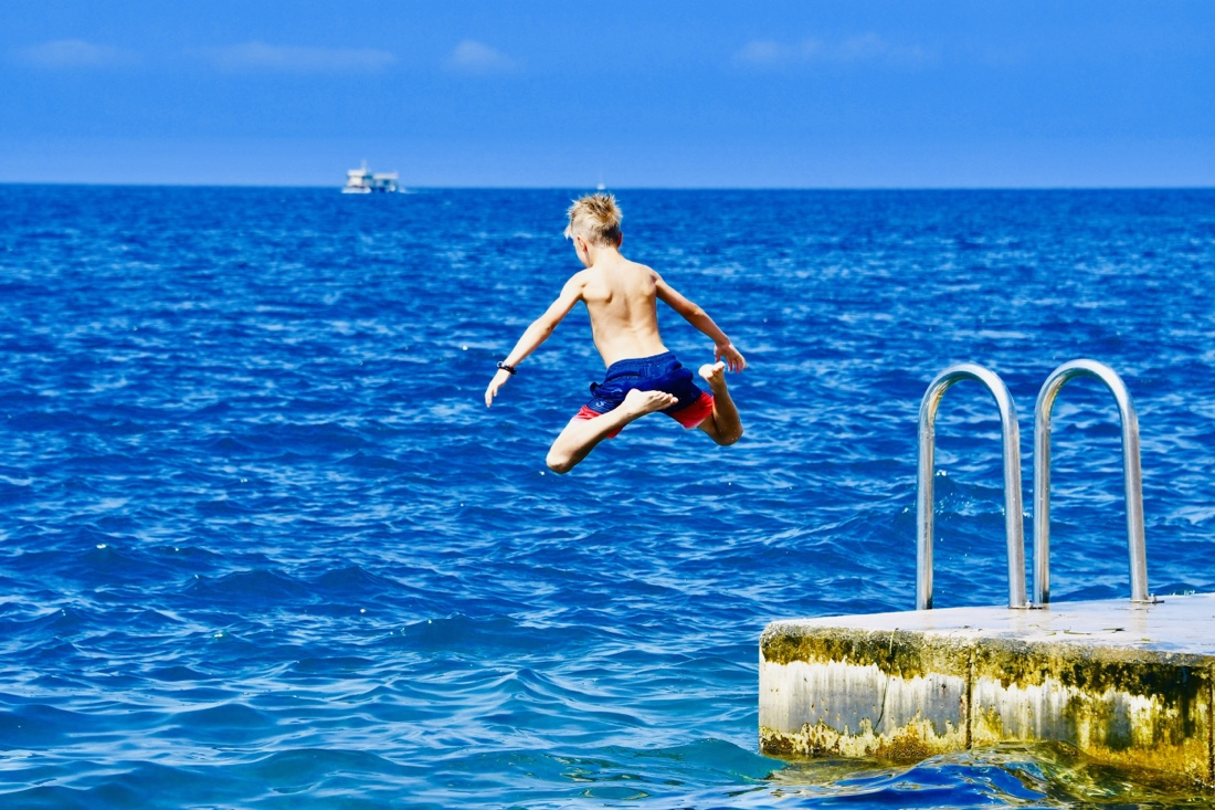 Flo springt ins Mittelmeer