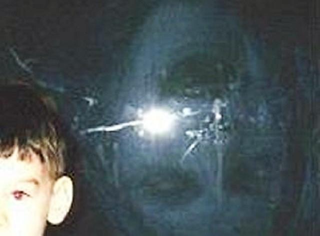 Garçon debout à côté de closeup réflexion fantôme
