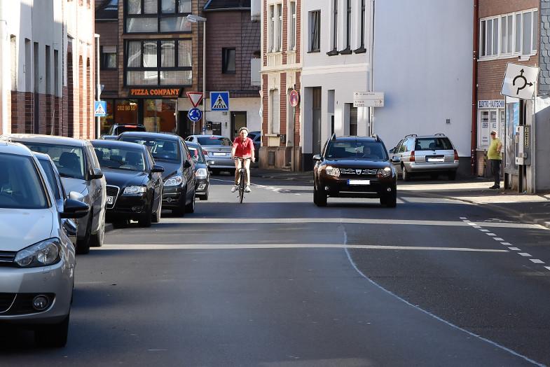 Gefährliche Passage für Radfahrer auf der Franz-Hennes-Straße in Frechen