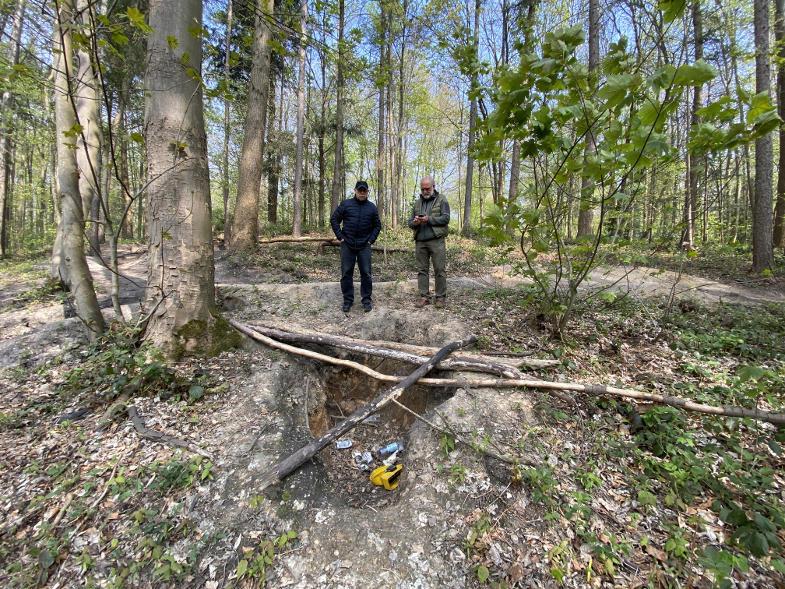 Werner Fink und Dr. Wolfgang Hilbert an illegalem Bauloch im Königsdorfer Wald