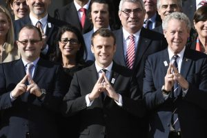 New French President Emmanuel Macron (C) poses next to the president of the IOC Evaluation Commission for the 2024 Olympics Patrick Baumann (L) and French member of the IOC Guy Drut (R) at the Elysee Palace in Paris after a meeting with members of the International Olympic Committee (IOC) Evaluation Commission, on May 15, 2017, prior to a vote for the 2024 Summer Olympics. / AFP PHOTO / STEPHANE DE SAKUTIN