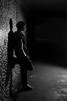 Mental Xperiences garçon près du mur de linstitut • Fear the Walking dead VS Mental Xperiences • Fred Ericksen • Magicien Lyon • Conférencier mentaliste