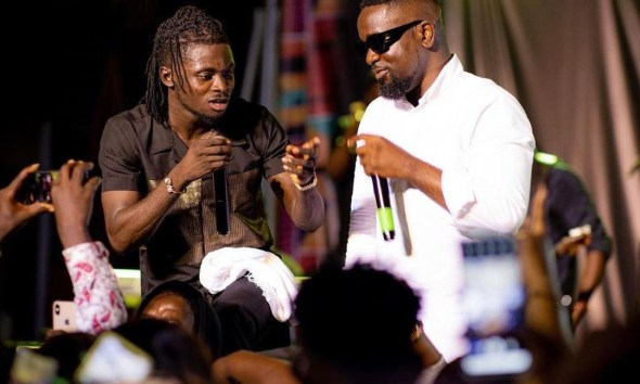 Hero Concert: Sarkodie Surprise Kuami Eugene On Stage To Perform 'Happy Day' Song For the First Time; Video Drops