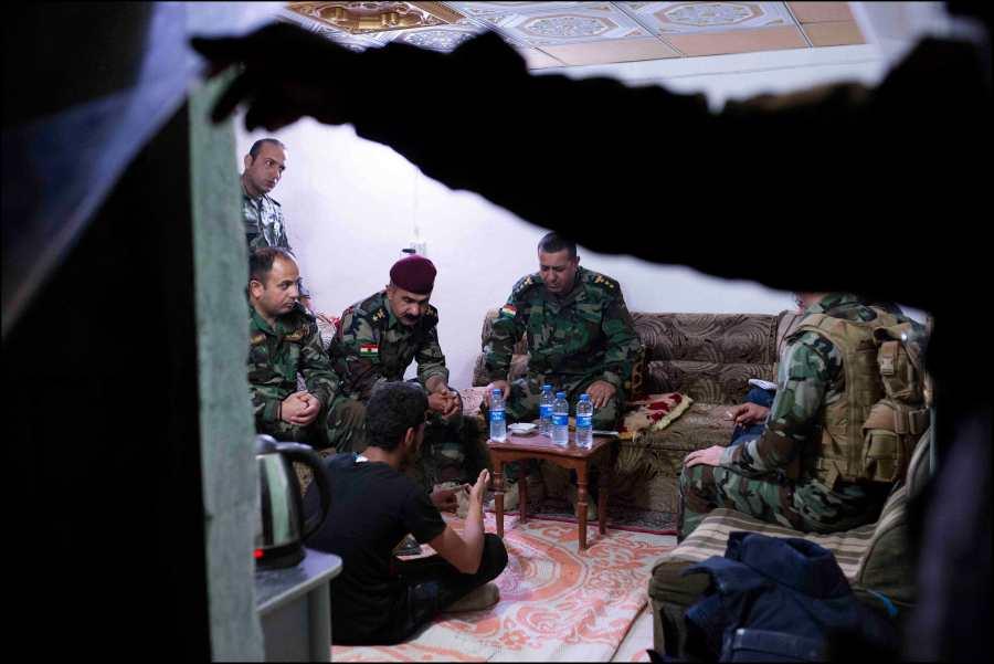 """Kurdistan Irakien, Dougrkhan, au sein de la position tenue par les forces peshmerga, dŽfendant la ligne du front de Mossoul contre Daech, les hommes du Colonet Adham """"Banani"""" assurent la sŽcurisation et l'accueil des population civiles sunnites qui fuient la rŽgion contr™lŽe par les islamistes pour venir se rŽfugier dans le Kurdistan Irakien."""