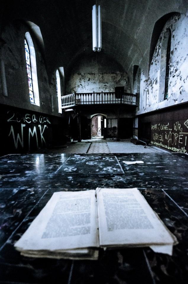 Agnus Dei boek en altaar