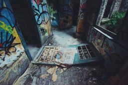 Vervallen deur in Parc des Oblats