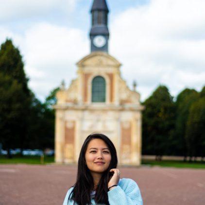 Portrait in front of chapelle