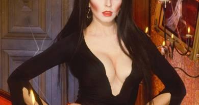 Elvira tira indietro il sipario sulla sua amata Persona di Halloween