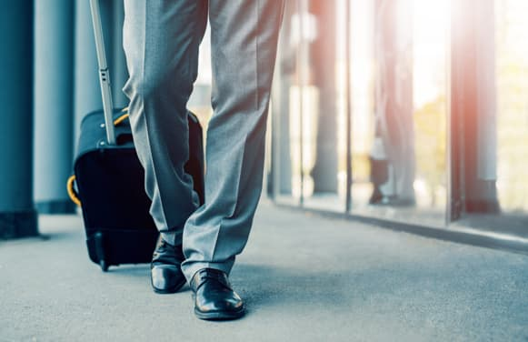 8 Important Things You Need to Carry When Traveling for Business