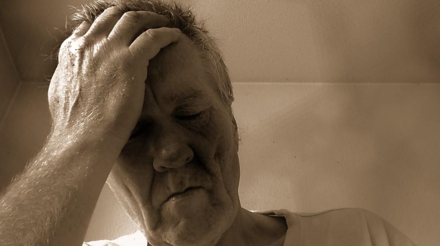 hombre, adulto, 50 años, desesperacion, depresion, ansiedad, dolor, dolor de cabeza, enfermedad, enfermo,