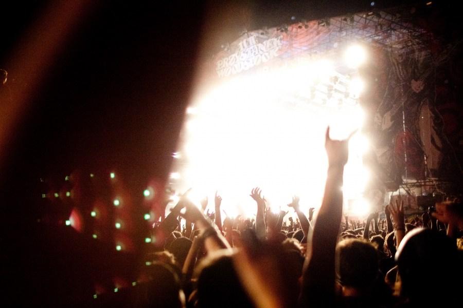musica,recital,Concierto,mucho,muchos,festejo,festejando,celebracion,rock,diversion,manos levantadas,foco selectivo,Noche