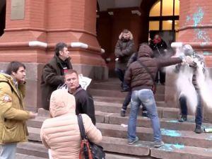 """U stěn Kremlu - aktivista SERB stříká směsi louhu do očí 75-letému důchodci, který zde stál s plakátem """"Putin JE - to nevadí"""", foto: youtube.com"""