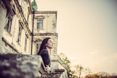 Girl Looking Forward In Old Castle, foto: bedya/BigStock
